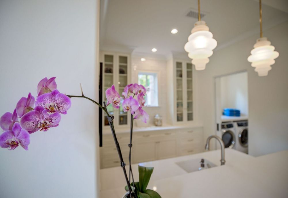 white kitchen with flowers Sea Island